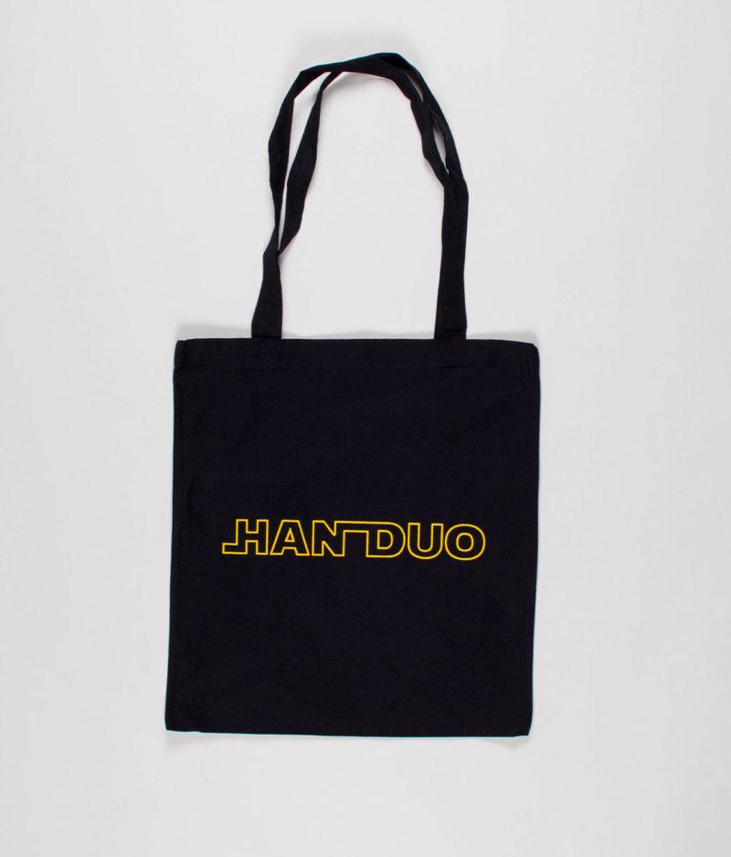 han-duo-sort-mulepose-med-gult-logo